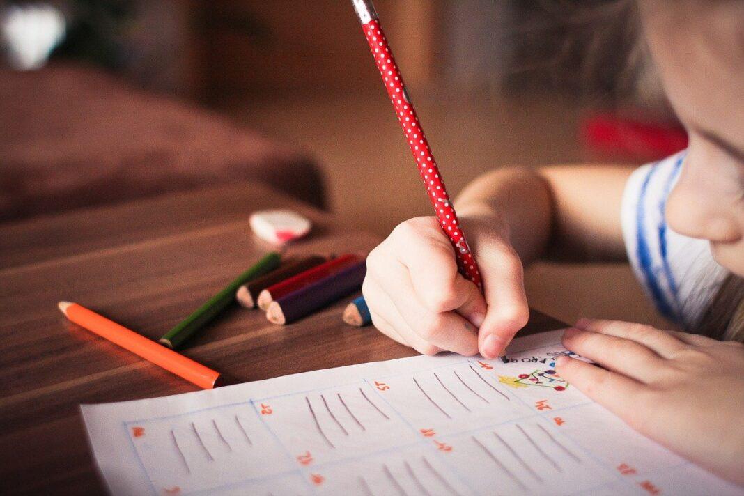 dieťa pišúce ceruzkou